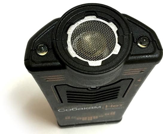 По обе стороны от ультразвукового динамика располагаются мощные светодиоды, позволяющие прибору успешно выполнять функцию фонарика