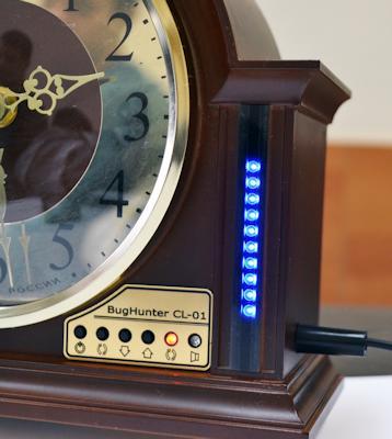 """Светодиодная шкала уровня сигнала детектора жучков """"BugHunter CL-01"""" расположена на лицевой панели справа от циферблата часов"""