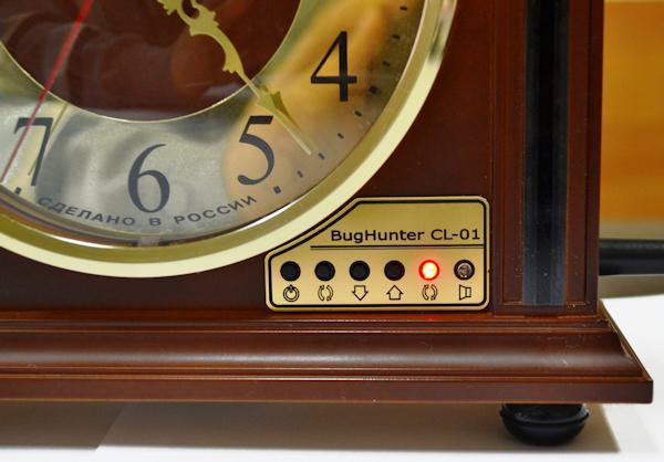 """На лицевой панели антижучка """"BugHunter CL-01"""", помимо циферблата часов и светодиодной шкалы уровня сигнала, имеется 4 кнопки для управления функциями и 2 светодиода, индицирующих состояние прибора"""